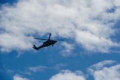 Sheriff Helicopter Hovering op een Mooie Hemelachtergrond stock foto