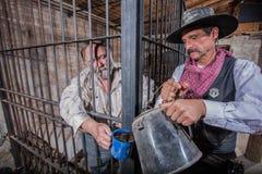 Sheriff Tends aan Gevangene stock afbeelding