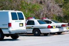 Sheriffar bil och skåpbil - polisbil Arkivbild