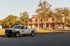 Sheriffpickupat Plazafyrkanten i San Juan Bautista, Kalifornien, USA arkivbild