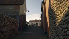 Sheringham, Engeland, 17 Februari, 2019: Mensen die smalle straat binnen de stad in lopen stock video