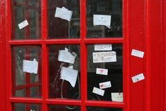 Sherlock-de fans verlaten nota's over het telefoonvakje dichtbij de St Baronets in Londen royalty-vrije stock foto's