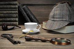 Sherlock Holmes Concept Étiquette en bois de Tools On The de détective privé Photographie stock libre de droits