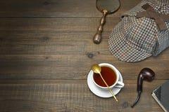 Sherlock Holmes Concept Etiqueta de madera de Tools On The del detective privado Fotografía de archivo libre de regalías