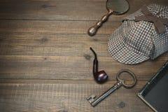 Sherlock Holmes Concept För Tools On The för privat kriminalare flik trä royaltyfri foto