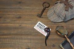 Sherlock Holmes Concept Privater Detektiv-Tools On The-Holz-Vorsprung Stockbild