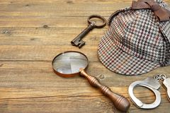 Sherlock Holmes nakrętka sławna jako Deerstalker, klucz, kajdanki i Ma, Zdjęcia Stock