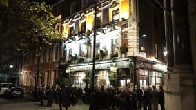 Sherlock Holmes Pub in 's nachts Londen stock footage