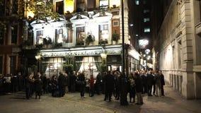 Sherlock Holmes Pub in 's nachts Londen stock videobeelden