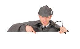 Sherlock: L'agente investigativo Behind White Card Gestures verso il basso Immagine Stock