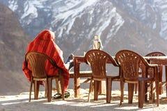 Sherpa που θερμαίνει στην ανατολή στο στρατόπεδο βάσεων Annapurna, Nep Στοκ Εικόνες