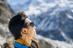 Sherpa joven que mira una de cumbres Imágenes de archivo libres de regalías