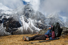 Sherpa sta avendo resto durante il giorno lavorativo Fotografia Stock Libera da Diritti