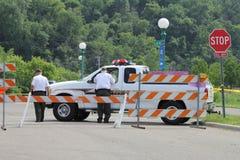 Sherriff pozyci Wydziałowy patrol przy blokada na drodze przy Harriet wyspą w Saint Paul, Minnestoa podczas rzeki mississippi pow Zdjęcia Stock