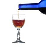 Sherry o porto che è versato nel vetro Fotografia Stock Libera da Diritti