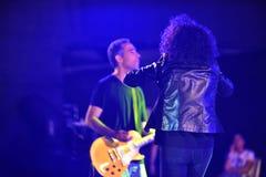 Sherry och hennes gitarrist, israelisk sångare på den Israel 70 självständighetsdagen royaltyfri bild