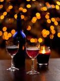 Sherrygläser vor Weihnachtsbaum stockfotografie