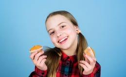 Shes настолько сладкое которое делает вкус еды хороший Небольшая девушка усмехаясь со свежо испеченной едой десерта Счастливый ма стоковые изображения rf