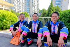 Shes-Ethniemänner sitzen auf dem Boden Lizenzfreies Stockfoto