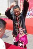 Shes-Nationalitätsschauspieler lassen Marionette laufen, um Tee zu dienen den Regierungsbeamten Lizenzfreies Stockbild