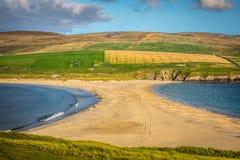 Shetland öar - tombolo - St Ninian Beach Arkivbilder