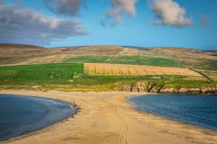 Shetland öar - tombolo - St Ninian Beach Royaltyfri Fotografi