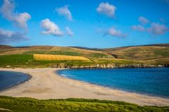Shetland öar - tombolo - St Ninian Beach Arkivfoto