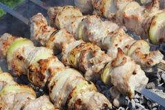 Shgih-Kebab, der auf die Aufsteckspindeln sich vorbereitet Lizenzfreies Stockbild