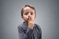 Shh pojke med fingret på kanter Arkivbilder
