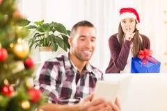 Shhhh, j'ai un cadeau de Noël pour lui Images libres de droits