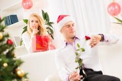 Shhhh, j'ai un cadeau de Noël pour lui Image libre de droits