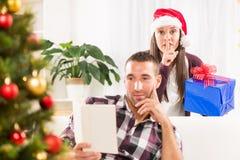 Shhhh, j'ai un cadeau de Noël pour lui Photo stock