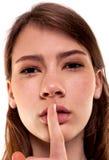 Shhhhh kvinna! Finger på kanter Tyst - tystnadmaterielbild Royaltyfria Foton