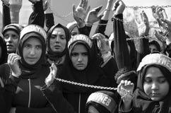 Shia Muslim kvinnor ropar den islamiska sloganAshura processionen Arkivfoton