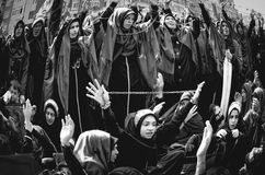Shia Muslim kvinnor ropar den islamiska sloganAshura processionen Royaltyfri Fotografi
