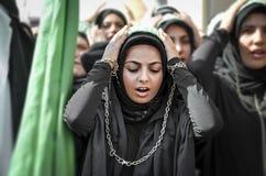 Shia Muslim kvinnor ropar den islamiska sloganAshura processionen Royaltyfri Foto