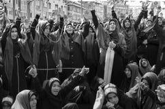 Shia Muslim kvinnor ropar den islamiska sloganAshura processionen Fotografering för Bildbyråer