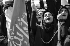 Shia Muslim kvinnor ropar den islamiska sloganAshura processionen Royaltyfria Bilder
