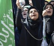 Shia Muslim kvinnor ropar den islamiska sloganAshura processionen Royaltyfria Foton