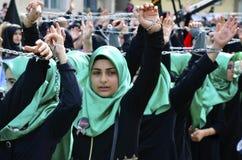 Shia Muslim kvinnor ropar den islamiska sloganAshura processionen Arkivbilder