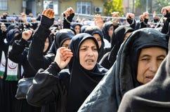 Shia Muslim kvinnor ropar den islamiska sloganAshura processionen Arkivbild