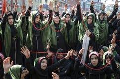 Shia Muslim kvinnor ropar den islamiska sloganAshura processionen Royaltyfri Bild