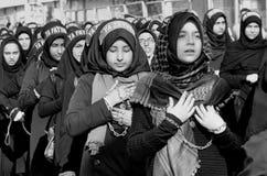 Shia Muslim kvinnor ropar den islamiska sloganAshura processionen Arkivfoto