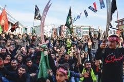 Shia Muslim män ropar den islamiska sloganAshura processionen Arkivfoto