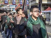 Shia Muslim män ropar den islamiska sloganAshura processionen Arkivbild