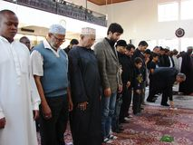 Shia Muslim nella preghiera in Africa, Nairobi Kenya Immagine Stock