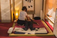 Shiatsu massage på yogafestivalen 2014 i Milan, Italien Royaltyfria Bilder