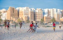 SHIBAM JEMEN, Luty, -, 21: Jemeńskie chłopiec bawić się piłkę nożną przy Shib Obraz Stock