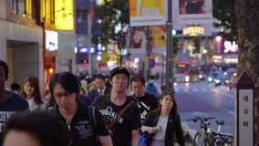 Shibuya на ноче - занятое место в токио - ТОКИО/ЯПОНИЯ - 12-ое июня 2018 сток-видео