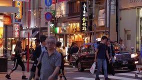 Shibuya на ноче - занятое место в токио - ТОКИО/ЯПОНИЯ - 12-ое июня 2018 акции видеоматериалы